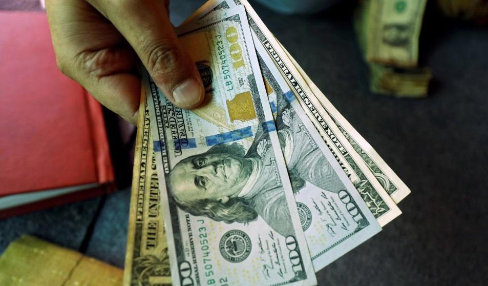 Доллар падает третий день подряд из-за паузы в ужесточении монетарной политики